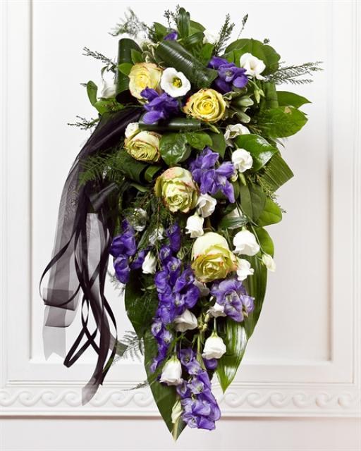 Matuseseade lindiga siniste ja valgete lilledega